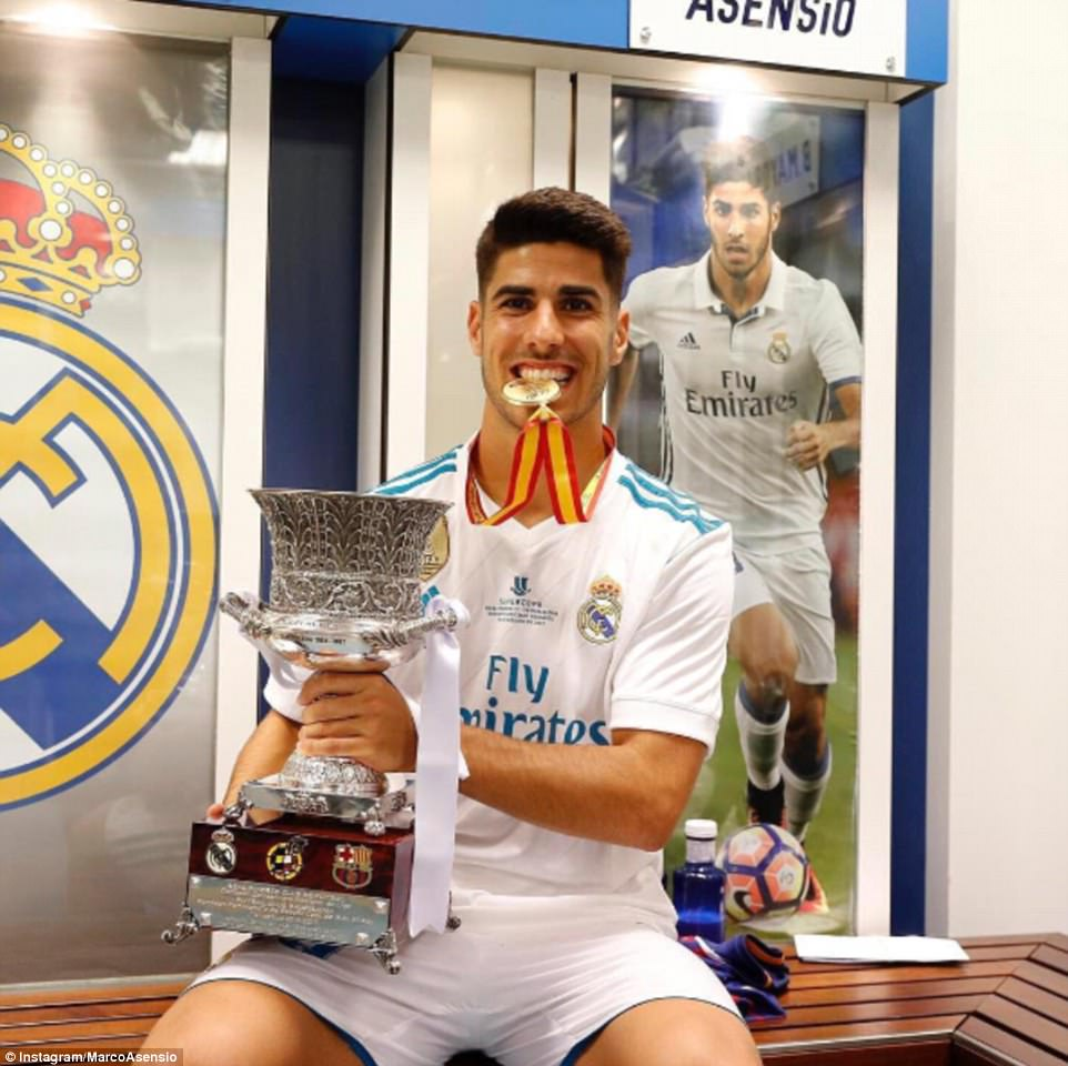 2017-08-17-Marco_Asensio_poses_with_the_Super_Cup_trophy_and_his_medal